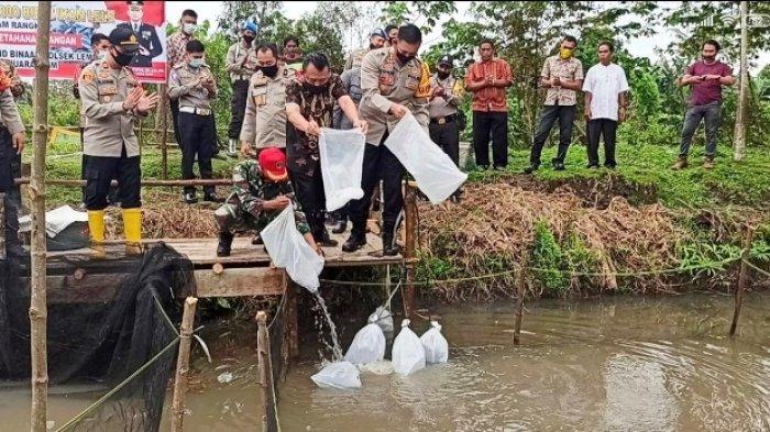Polres, Kodim dan Pemkab Muara Enim Tebar 10 Ribu Bibit Lele Di Kampung Tangkal Covid-19