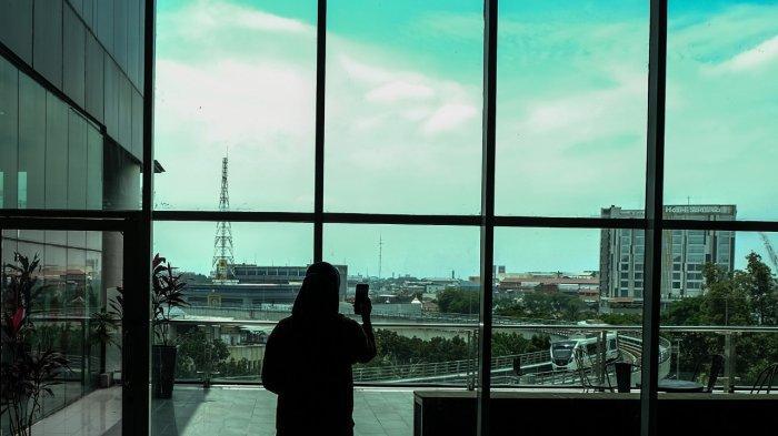 Telkomsel Temani Aktivitas Digital  - Seorang sedang memotret pemandangan kota Palembang dari atas Palembang Icon Mal, Sabtu (11/9/2021). Dengan jaringan internet yang baik Telkomsel sehingga menjadikan manfaat konektivitas broadband terdepan bisa menemani aktivitas digital semua lapisan masyarakat.