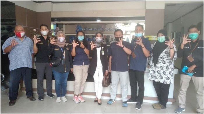 Tim CSR dan komunikasi Pertamina MOR II dan Kilang berfoto bersama management Tribun Sumsel dan Sriwijaya Post saat berkunjung ke Graha Tribun, Kamis (26/11/2020).