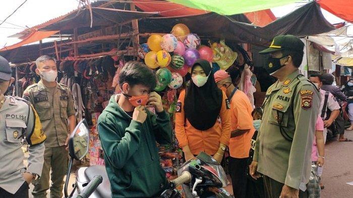Polres OI Bagi-bagi Masker dan Sosialisasi Protokol Kesehatan di Pasar Tanjung Raja