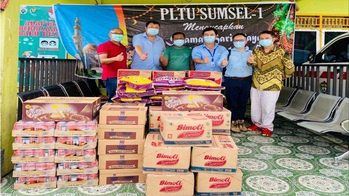 Tim Peduli Lingkungan PLTU Sumsel 1 membagikan sembako untuk masyarakat yang ada disekitar ring I Perusahaan
