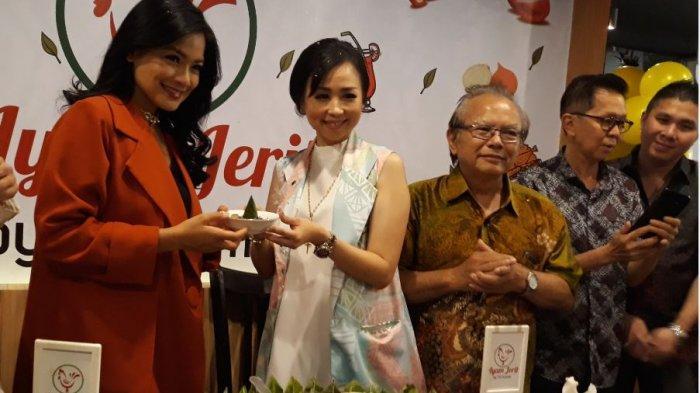 Serius Tekuni Bisnis Kuliner, Titi Kamal Resmikan Resto Ayam Jerit ke-9 di Palembang