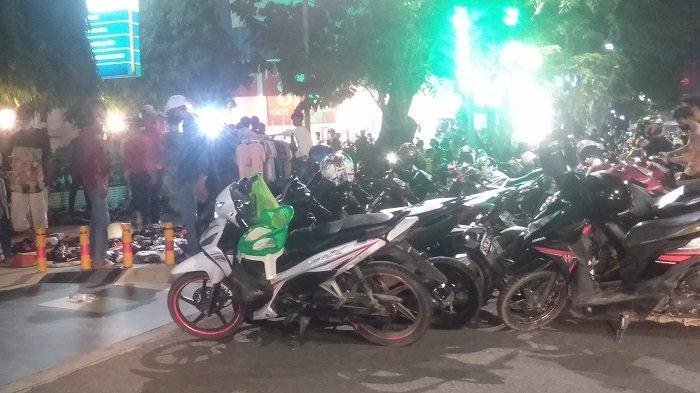 Toko Pakaian di Jalan Sudirman Palembang Dipadati Masyarakat Berbelanja, Parkir Hingga Dua Lapis