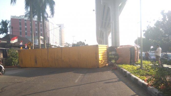 Truk Terguling di Jalan Demang Lebar Daun, Sopir Beserta Anak dan Istri Dilarikan ke RS, Alami Luka