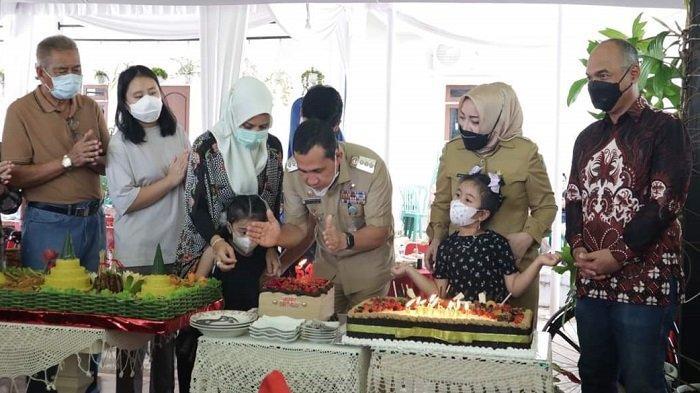 Perayaan Ulang Tahun Wali Kota Lubuklinggau, H SN Prana Putra Sohe ke-54 digelar di kediaman Wali Kota, Kelurahan Sukajadi, Senin (12/4/2021).