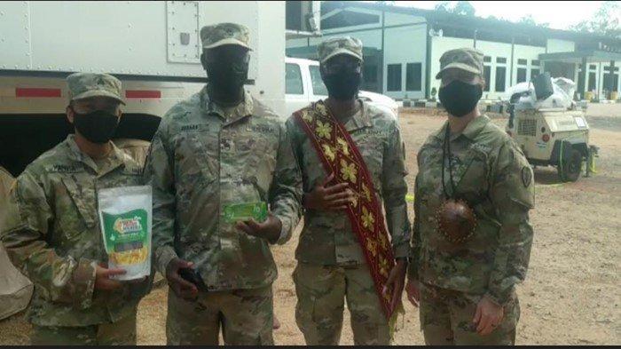 Jelang Latihan Gabungan, Tentara Amerika Borong Kain Angkinan Khas OKU Timur untuk Oleh-oleh