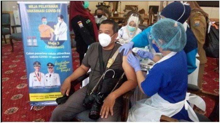 Vaksinasi Awak Media di Palembang, Walikota Palembang Harnojoyo Ingatkan Prokes