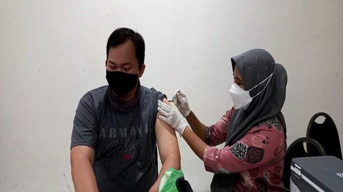 Bangkit Bersama, Dinkes Provinsi Sumsel dan Polrestabes Palembang Vaksinasi Ribuan Mitra Gojek - vaksinasi-untuk-2000-mitra-gojek-dan-keluarganya-di-palembang-1.jpg