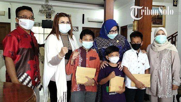Vino dan anak yang bernasib sama menerima bantuan dari Ketua DPR RI Puan Maharani.