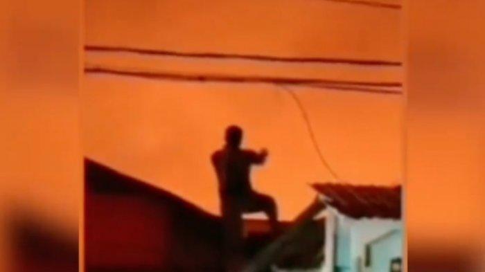 viral aksi pria bediri di hadapan kobaran api di Balikpapan