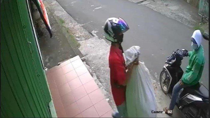 Viral Pencuri di Jl Angkatan 45 Bawa Kabur Bed Cover dan Baju Tidur, Pelaku Pakai Jaket Ojol