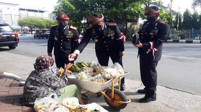 Maknai Kemerdekaan, Wakapolda dan  PJU Polda Sumsel Borong Jualan Pedagang Kaki Lima