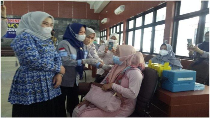 Warga Desa Berpikir Tidak Akan Naik Pesawat atau Masuk Mall, Capaian Vaksinasi Lahat Belum 50 Persen