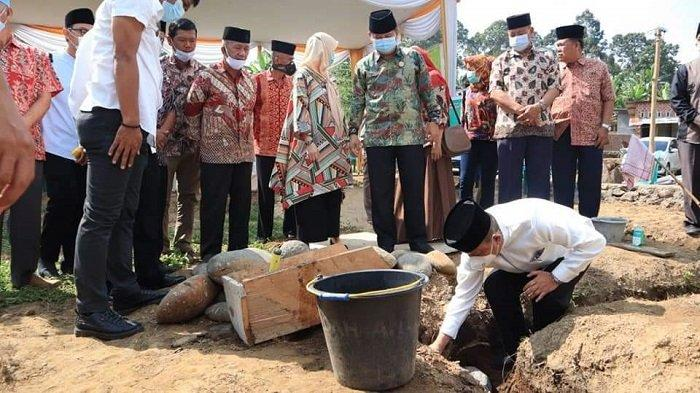 Wakil Wali Kota Lubuklinggau H Sulaiman Kohar meletakan batu pertama pembanguan Masjid An-Nur Kota Lubuklinggau di Jl. Sungai Kelingi-Sungai Kasie RT.01 Kelurahan Lubuk Tanjung, Jumat (9/4/2021).