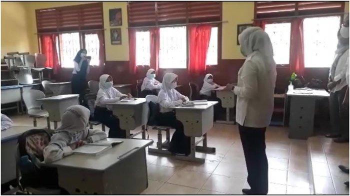 Tinjau PTM Terbatas, Wawako Palembang Fitrianti Bujuk Siswa Agar Mau Divaksin, Jangan Lepas Masker