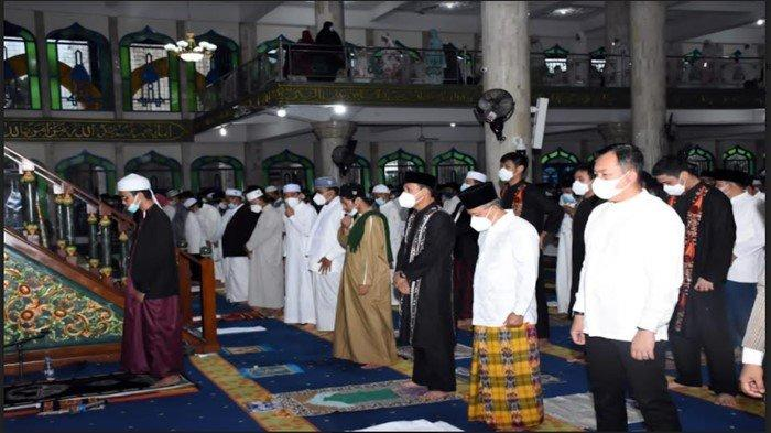 Shalat Id di Masjid Agung As-Salam, Wali Kota Lubuklinggau Ajak Warga Selalu Disiplin Prokes