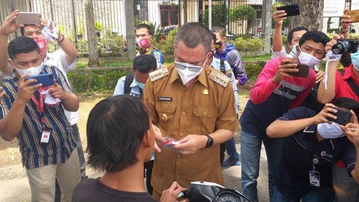 HPN, Insan Pers Pagaralam Bersama Walikota Bagi-bagi Masker