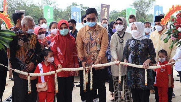 Wali Kota Lubuklinggau, H SN Prana Putra Sohe bersama forkopimda Kota Lubuklinggau dan SR Pertamina, Muhtar meresmikan SPBU 24.316.182 Lestari. Jumat (12/2/2021).
