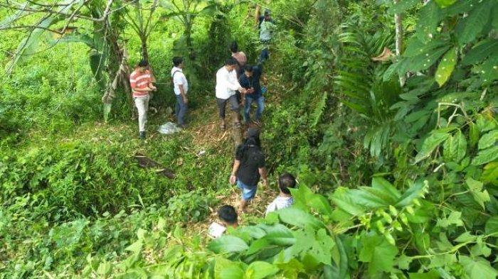 Warga bersama polisi saat melakukan pencarian jejak-jejak Wiwik Wulandari di Lubuklinggau