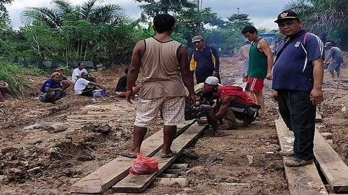Jalan Rusak Parah, Warga Desa Setia Marga Muratara Gotong-royong Lakukan Perbaikan