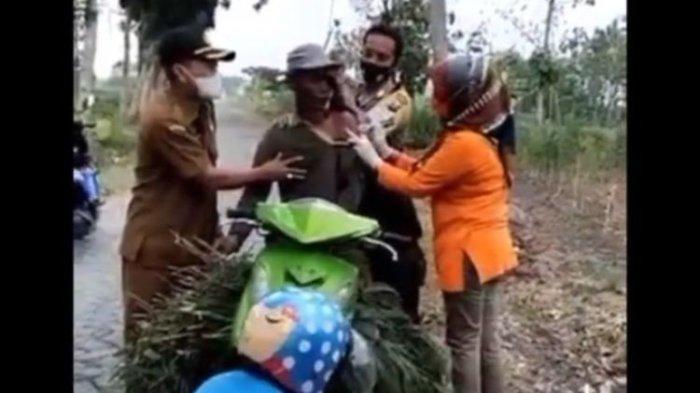 Viral Warga Divaksin di Atas Motor di Pinggir Jalan, Matanya Ditutupi Petugas karena Takut Jarum