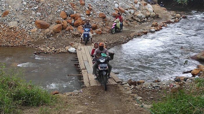 Jembatan Masih Putus, Warga Lintang Kanan dan Muara Pinang Gunakan Jembatan Sementara