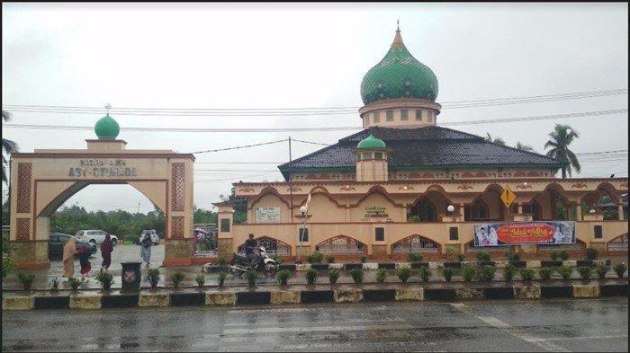 Diguyur Hujan, Warga Lawang Agung Muratara Tunaikan Salat Idul Adha di Masjid Raya Asy-Syuhada