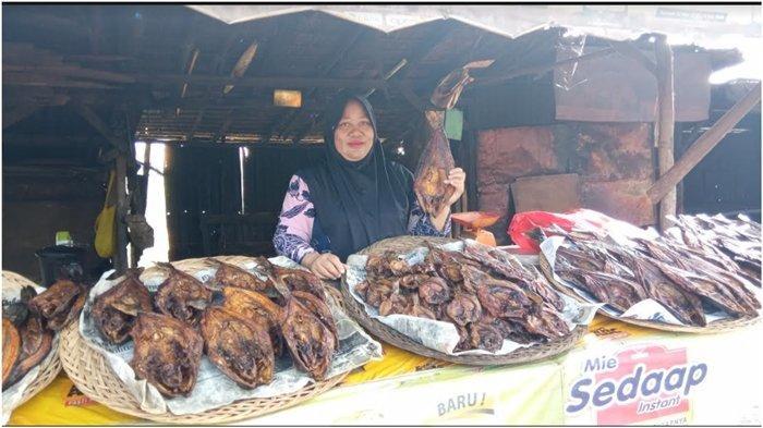 Cerita Penjual Ikan Asap di Keramasan Kertapati, Tetap Senyum Meski Penjualan Lesu Diterjang Pandemi