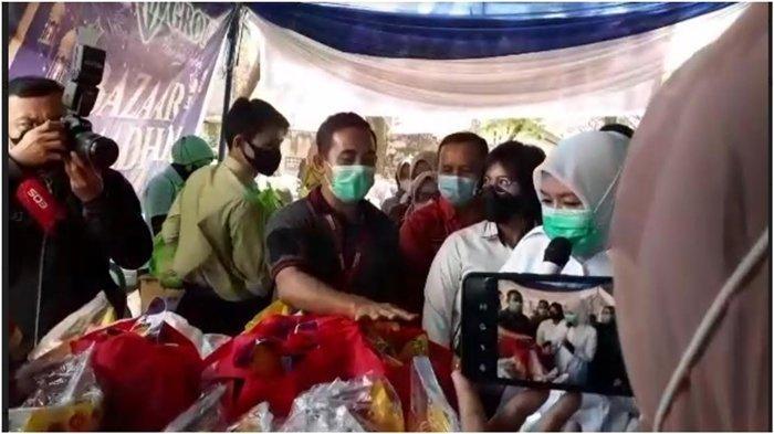 Wakil Walikota Palembang Fitri Tinjau Bazar Murah Sembako, Borong Dagangan Dibagi ke Warga