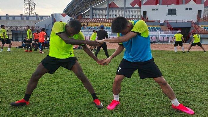 Winger Asal Papua Engelberd Sani dan skuad Muba Babel United (MBU) saat melakukan Pemusatan latihan di Stadion Serasan Sekate, Jumat (16/4/21).