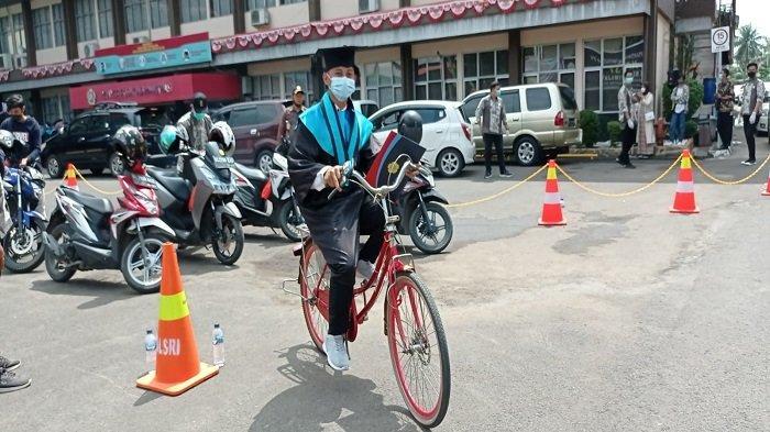 Wisuda Drive Thru, Mahasiswa Polsri Palembang Pilih Naik Sepeda, Bintang Ungkap Alasannya