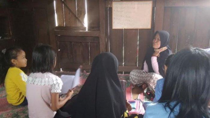 Kegiatan belajar-mengajar di Rumah Pintar milik Yusrina di Dusun III Desa Tanjung Atap Kecamatan Tanjung Batu, Ogan Ilir.