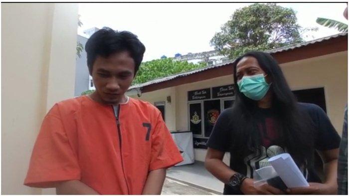 Zulpandi (25, residivis pencurian di Palembang mengintip dulu calon korbannya saat mandi sebelum mencuri ponsel. Ia diamankan di Polda Sumsel.