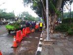 15-orang-membersihkan-pohon-tumbang-di-palembang-icon-mall-kamis-2712.jpg