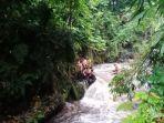 250-siswa-smp-turi-melakukan-susur-sungai-dikala-arus-sedang-deras123.jpg