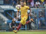 aksi-striker-sriwijaya-fc-beto-goncalves-saat-timnya-dijamu-cilegon-united_20180707_222700.jpg