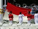 anggota-paskibraka-mengibarkan-bendera-merah-putih-hut-ri-70_20150817_105931.jpg