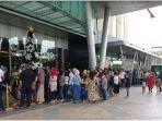 antrean-pengunjung-yang-ingin-mengisi-liburan-tahun-baru-2021-di-opi-mall-jumat-112021.jpg