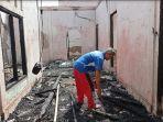 arsyad-pemilik-rumah-mengais-sisa-kebakaran-kampung-8-desa-lawang-agung-jumat-2372021.jpg