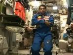 astronot-salat-di-luar-angkasa_20160623_105319.jpg
