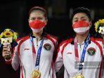 atlet-indonesia-apriyani-rahayu-kanan-dan-greysia-polii-indonesia-berpose-dengan-medali-emas.jpg