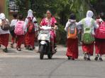 beberapa-siswa-sekolah-dasar-pulang-sekolah-melintasi-jalan-kapten-a-rivai-palembang_20150824_164049.jpg