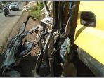 bodi-mobil-innova-yang-tersangkut-di-bak-truk-pengangkut-semen-kamis-1762021134.jpg