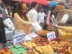 bule-yang-menjual-gorengan-di-pasar-rawamangun_20170619_113408.jpg