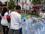calon-pembeli-sedang-memilih-baju-di-lapak-milik-amir-di-kegiatan-kampanye-prabowo-sandi.jpg