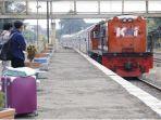 calon-penumpang-kai-saat-menunggu-kereta-datang-12.jpg