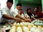 cawapres-nomor-urut-1-hatta-rajasa-membeli-telur-di-pasar-pagi-pangkalpinang.jpg