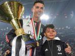 cristiano-ronaldo-saat-merayakan-gelar-scudetto-bersama-juventus-di-liga-italia.jpg