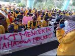 demo-mahasiswa-unsri-menuntut-keringanan-ukt-rabu-482021.jpg