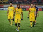ekspresi-pemain-sriwijaya-fc-setelah-kalah-dengan-psms-medan-pada-liga-1-indonesia_20181019_225931.jpg